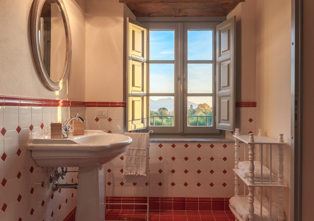 I bagni sono tutti rifiniti con piastrelle dipinte a mano da artigiani locali